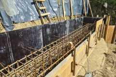 Монтаж опалубки подпорной стены